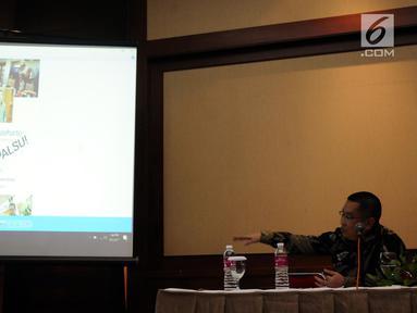Kuasa hukum Hutomo Mandala Putra, Erwin Kallo menunjukkan akun media sosial palsu atas nama kliennya di Jakarta, Kamis (5/10). Mereka menyampaikan hal terkait berita hoax lewat akun palsu yang mengatasnamakan kliennya. (Liputan6.com/Helmi Fithriansyah)