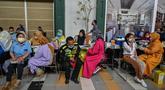 Warga menerima dosis vaksin virus corona COVID-19 Sinovac di sebuah mal di Surabaya, Jawa Timur, Kamis (23/9/2021). Vaksinasi COVID-19 di Surabaya dilakukan di fasilitas kesehatan, mal, perkantoran, kelurahan hingga balai RW. (Juni Kriswanto/AFP)