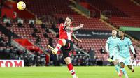 Penyerang Southampton, Danny Ings, mencetak gol ke gawang Liverpool pada laga Liga Inggris di Stadion St Mary's, Selasa (05/01/2021). Liverpool takluk 1-0 dari Southampton. (AP/Noami Baker,Pool)
