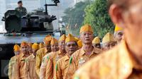 Sejumlah veteran pejuang kemerdekaan mengikuti pawai yang dimulai dari Museum Satria Mandala menuju Gelora Bung Karno, Jakarta, Selasa (11/8/2015). Pawai tersebut merupakan puncak peringatan Hari Veteran Nasional. (Liputan6.com/Yoppy Renato)