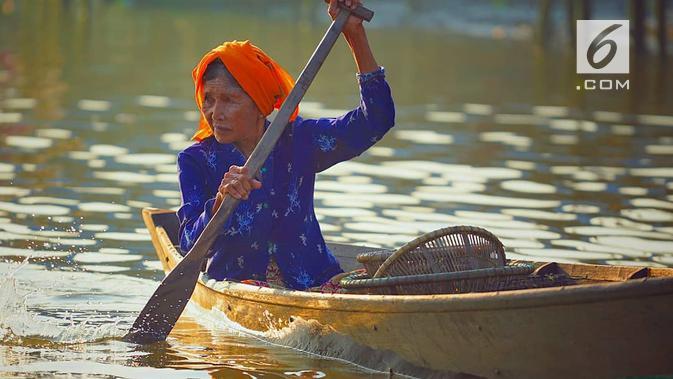 Mengayuh. Baik penjual maupun pembeli sama-sama harus mengayuh perahu jukung mereka. (foto: Liputan6.com/IG Vegaviditama/edhie prayitno ige)