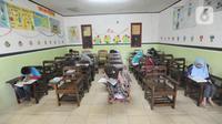 Suasana sekolah tatap muka di SDIT Nurul Amal, Pondok Cabe, Tangerang Selatan, Banten, Senin (16/11/2020).  Proses belajar secara tatap muka atau luring ini menggunakan waktu belajar di sekolah yang didasarkan pada zona  penerapan wilayah covid-19. (merdeka.com/Arie Basuki)