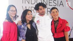 Reza Rahadian, Gina S. Noer, dan Jenny Jusuf foto bersama usai talkshow bertajuk 'Ngobrolin Produksi Film Indonesia' selama Indonesia Writers Festival 2019 di UMN, Tangerang (7/9/2019). Menurut Reza, tolak ukur sebuah film yang sukses tidak hanya dari jumlah penonton saja.  (Liputan6.com/Marsa Aulia