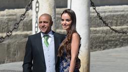 Mantan Pemain Real Madrid Roberto Carlos dan istrinya Mariana Luccon berpose saat tiba di gereja menghadiri upacara pernikahan bek Sergio Ramos dan Pilar Rubio di Katedral Seville, Spanyol (15/6/2019). (AFP Photo/Cristina Quicler)