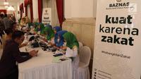 Suasana pembayaran Zakat di Istana Negara, Jakarta, Senin (28/5). Sekitar 300 pejabat kementerian/lembaga tinggi negara dan direksi BUMN melakukan pembayaran zakat melalui Baznas . (Liputan6.com/Angga Yuniar)