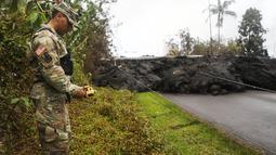 Garda Nasional Angkatan Darat AS memeriksa kadar gas sulfur dioksida di lahar dingin usai letusan gunung berapi Kilauea di Hawaii (8/5). (Mario Tama / Getty Images / AFP)