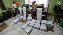 Pekerja menyelesaikan percetakan Al Quran Braille di Yayasan Raudlatul Makfufin, Tangerang Selatan, Kamis (24/5). Satu set Al Quran Braille terjemahan berharga Rp.1.800.000 sedangkan tanpa terjemahan seharga Rp.1.100.000. (Liputan6.com/Fery Pradolo)