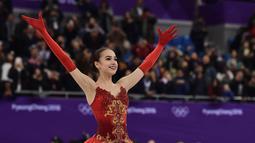 Alina Zagitova saat tampil dalam kejuaraan figure skating putri selama Olimpiade Musim Dingin Pyeongchang 2018 di Pyeongchang Medals Plaza (23/2). Alina Zagitova mengalahkan rekan senegaranya Evgenia Medvedeva. (AFP Photo/Aris Messinis)