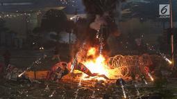 Massa melakukan bakar-bakaran saat kericuhan usai melakukan unjuk rasa di depan Gedung Bawaslu, Jakarta, Rabu (22/5/2019). (Liputan6.com/Helmi Fithriansyah)
