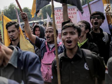Massa yang tergabung dari Serikat Petani Indonesia (SPI) bersama mahasiswa menggelar aksi demo di depan gedung DPR/MPR RI, Jakarta, Selasa (24/9/2019). Dalam aksinya mereka menuntut DPR menghentikan pembahasan lima rancangan undang-undang yang menyangkut pertanian. (Liputan6.com/Faizal Fanani)