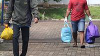 Pasien yang telah dinyatakan sembuh dari COVID-19 berjalan meninggalkan ruangan isolasi Graha Wisata Ragunan di Jakarta, Jumat (29/1/2021). Sebanyak 68 pasien covid-19 dari total 81 pasien yang melakukan isolasi di tempat itu telah dinyatakan sembuh. (Liputan6.com/Herman Zakharia)