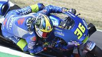 Pembalap Suzuki, Joan Mir, tampil mengesankan setelah berhasil menyalip Valentino Rossi pada lap terakhir sehingga finis di peringkat ketiga pada MotoGP San Marino. (AFP/Andreas Solaro)