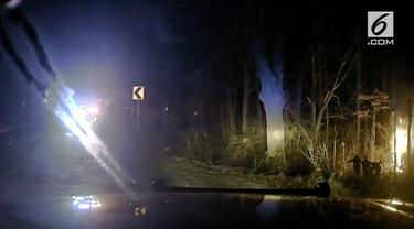 Dashcam mobil patroli polisi merekam proses penyelamatan dramatis korban kecelakaan.