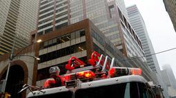 Penampakan gedung pencakar langit yang ditabrak sebuah helikopter di pusat Manhattan, New York, Amerika Serikat, Senin (10/6/2019). Warga dalam gedung mengaku merasakan guncangan kuat. (AP Photo/Mark Lennihan)