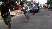 Warga Palembang menyambut antusias mengikuti lomba tarik mobil saat HUT ke-70 RI. (Liputan6.com/Nefri Inge)