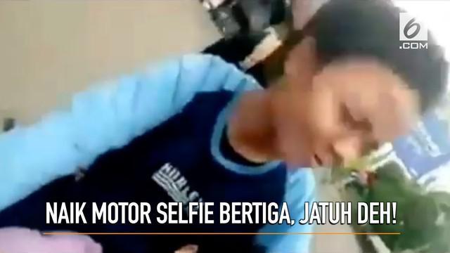 Sebuah video merekam aksi berbahaya tiga orang remaja yang melakukan selfie di atas motor.