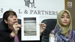 Pengacara Henry Indraguna menunjukkan bukti pembayaran yang dilakukan Arafah Rianti saat jumpa pres terkait dugaan penipuan yang dialami Arafah, Jakarta, Kamis (6/7). (Liputan6.com/Helmi Afandi)