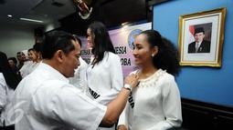 Kepala BNN, Budi Waseso menyematkan pin pegiat anti narkotika kepada finalis Puteri Indonesia  2017 asal Papua di Jakarta, Senin (27/3). BNN memberikan pembekalan anti narkotika kepada 38 finalis  Puteri Indonesia 2017. (Liputan6.com/Helmi Fithriansyah)