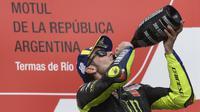 Valentino Rossi saat merayakan podium di MotoGP Argentina (Juan Abromata/AFP)