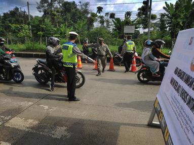 Petugas gabungan memberhentikan kendaraan berpelat nomor ganjil di kawasan Perempatan Yasmin, Kota Bogor, Sabtu (6/2/2021). Pemkot Bogor mulai menerapkan kebijakan ganjil-genap setiap akhir pekan untuk mengurangi mobilitas warga di tengah meningkatnya kasus positif COVID-19 (merdeka.com/Arie Basuki)