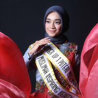 Tiara Sukmasari, Puteri Muslimah Inspiring Beauty 2017 memiliki pesona kecantikan yang alami. (Foto: Adrian Putra, Make Up: Wardah, DI: Muhammad Iqbal Nurfajri/Bintang.com)