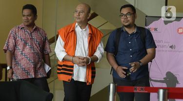 Wali Kota Medan nonaktif, Tengku Dzulmi Eldin berjalan usai menjalani pemeriksaan oleh penyididk di Gedung KPK, Jakarta, Selasa (11/2/2020). Tengku Dzulmi Eldin diperiksa sebagai tersangka terkait dalam kasus dugaan suap proyek dan jabatan oleh Wali Kota Medan 2016-2021. (merdeka.com/Dwi Narwoko)