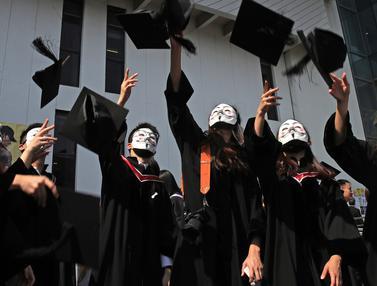 Mahasiswa Bertopeng Hadiri Wisuda di Hong Kong