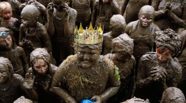 Brian Wilson, 10 dari Redford tersenyum setelah dinobatkan sebagai Mud Day King pada Hari Lumpur Tahunan Wayne County di Nankin Mills Park di Westland, Michigan, AS (11/7). Perayaan ini sudah menjadi tradisi setiap tahun. (AFP Photo/Jeff Kowalsky)
