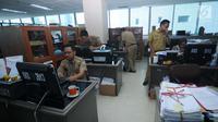 Sejumlah pegawai Pemerintahan Provinsi DKI Jakarta melakukan aktivitas kerja di Balai Kota, Jakarta, Senin (3/7). Mulai Senin (3/7), seluruh instansi pemerintahan masuk kerja usai libur Lebaran. (Liputan6.com/Gempur M Surya)