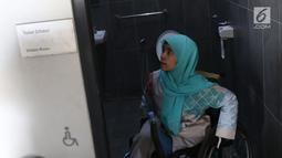 Salah satu penyandang disabilitas mengecek kondisi kamar kecil khusus saat melihat kesiapan venue Asian Para Games 2018 di Jakarta, Jumat (28/9). 41 negara di kawasan Asia akan berlaga di Asian Para Games 2018. (Liputan6.com/Helmi Fithriansyah)