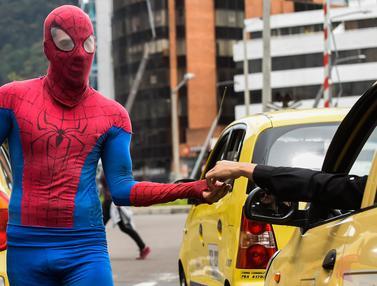 Spiderman Cari Nafkah di Jalanan Kolombia-AFP-20170425