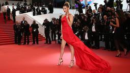 Supermodel Bella Hadid berpose saat menghadiri pemutaran perdana film 'Pain and Glory' di Festival Film Cannes 2019 di Prancis, Jumat (17/5/2019). Hadid memastikan semua mata tertuju padanya berkat gaun merah tebal karya desainer Roberto Cavalli. (Photo by Joel C Ryan/Invision/AP)