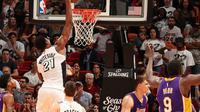 Pemain Miami Heat, Hassan Whiteside, mencetak 23 poin dan 13 rebound saat timnya menang 115-107 atas LA Lakers, Kamis (22/12/2016). (NBA)