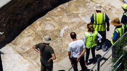 Sejumlah Arkeolog melihat mosaik peninggalan Romawi di Larnaca, Siprus (14/7).Mereka percaya bahwa mosaik ini merupakan peninggalan Romawi dari Kerajaan Kition. (Iakovos Hatzistavrou / AFP)