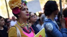Seorang peserta demo mengenakan atrbut warna-warni saat mengiktui demo kesetaraan pernikahan sejenis di Sydney (10/9). (AFP Photo/Saeed Khan)