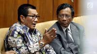 Mahfud MD berbincang dengan Ketua Pansus Hak Angket KPK Agun Gunanjar usai rapat dengar pendapat umum di Komplek Parlemen Senayan, Jakarta, Selasa (18/7). (Liputan6.com/Johan Tallo)