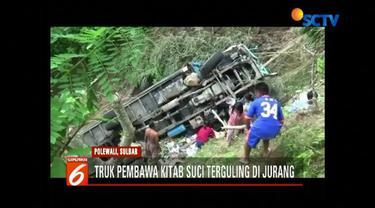 Truk yang membawa kitab suci seberat 4 ton jatuh ke dalam jurang di Jalan Poros, Polewali Mandar, Sulawesi Barat.