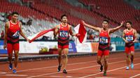 Lalu Muhammad Zohri (kanan) bersama Fadlin, Eko Rimbawan, dan Bayu Kertanegara melakukan selebrasi usai meraih perak dalam final lari 4x100 meter cabang olahraga atletik Asian Games 2018 di Jakarta, Kamis (30/8). (AP Photo/Bernat Armangue)