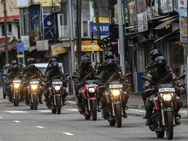 Tentara Sri Lanka dengan sepeda motor berpatroli di sepanjang jalan saat negara itu bersiap untuk lockdown di Kolombo, Selasa (25/5/2021). Sri Lanka bersiap menerapkan lockdown ketat selama dua minggu untuk menekan penyebaran corona Covid-19. (ISHARA S. KODIKARA / AFP)