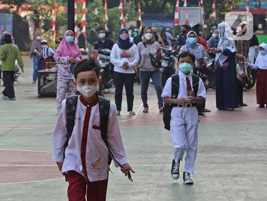 Sejumlah murid saat tiba di SDN 05 Kalisari, Jakarta, Senin (30/8/2021). Pemprov DKI Jakarta menggelar pembelajaran tatap muka di tengah pandemi covid-19 mulai 30 Agustus 2021 secara terbatas dengan kapasitas 50 persen pada setiap satuan pendidikan. (Liputan6.com/Herman Zakharia)