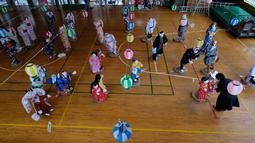 Tsukimi Ayano memeriksa boneka-bonekanya yang dipajang di sebuah sekolah dasar di desa kecil Nagoro, Jepang, 16 Maret 2019. Tsukimi Ayano mulai meletakkan boneka-boneka di Desa Nagoro karena desa kecil teresebut semakin sepi ditinggal penduduknya. (KAZUHIRO NOGI/AFP)