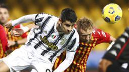 Pemain Juventus, Alvaro Morata, duel udara dengan pemain Benevento, Kamil Glik, pada laga Liga Italia di Stadion Vigorito, Sabtu (28/11/2020). Kedua tim bermain imbang 1-1. (Alessandro Garofalo/LaPresse via AP)