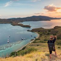 Salah satu momen istimewa yang jarang dilewatkan menjelang akhir tahun adalah mengejar sunset Labuan Bajo.