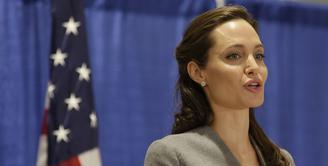Menggugat cerai Brad Pitt, awalnya Angelina Jolie banyak mendapat dukungan dari masyarakat. Seperti telah terungkap siapa Jolie yang sebenarnya, kini hujatan malah berdatangan padanya. (AFP/Bintang.com)