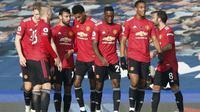 Para pemain Manchester United merayakan gol yang dicetak Bruno Fernandes dalam pertandingan melawan Everton di Goodison Park, Sabtu (7/11/2020).(AFP/Clive Brunskill)