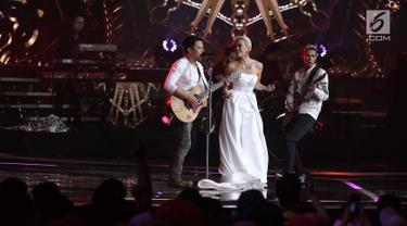 """Penyanyi Agnez Mo saat berkolaborasi dengan grup musik NOAH pada malam puncak HUT ke 27 SCTV di Hall D, Jiexpo Kemayoran, Jakarta, Kamis (24/8). Mereka membawakan lagu berjudul """"Khayalan Tingkat Tinggi"""". (Liputan6.com/Herman Zakharia)"""