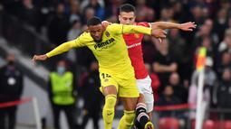 Villarreal langsung mengambil inisiatif untuk menyerang pertahanan Manchester United. Pada menit ke-6 Tembakan Arnaut Danjuma masih dapat ditepis David De Gea. (AFP/Anthony Devlin)