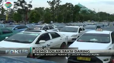 Massa juga menilai kehadiran taksi daring sangat tidak adil karena tidak membayar pajak