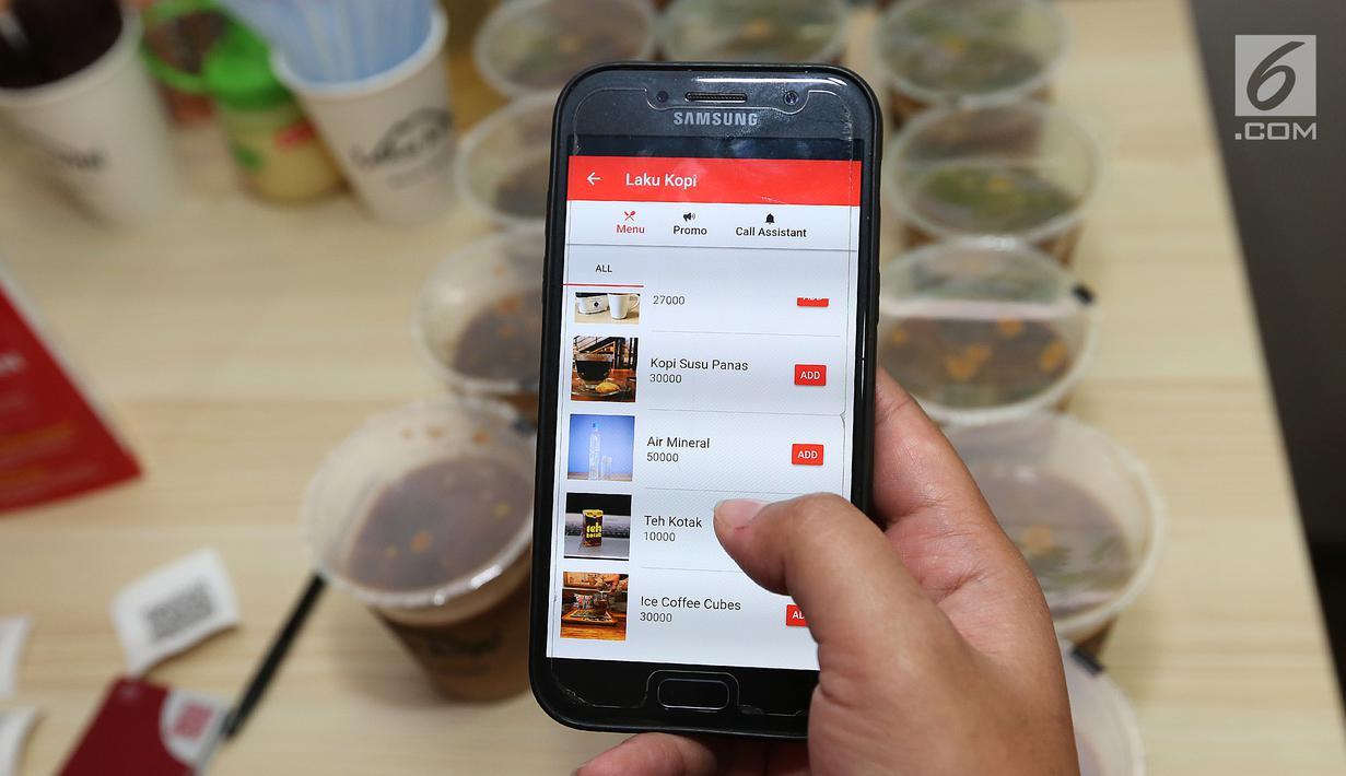Model menunjukkan menu pada aplikasi  berbasis mobile yang menawarkan inovasi konsep restoran digital pertama di Indonesia saat Soft Launching Aplikasi MeeberLite dan Meeberian di Jakarta, Selasa (31/7). (Liputan6.com)