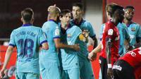 Para pemain Barcelona merayakan gol yang dicetak oleh Lionel Messi ke gawang Mallorca pada laga La Liga di Estadio de Son Moix, Minggu (14/6/2020). Barcelona menang dengan skor 4-0. (AP/Francisco Ubilla)